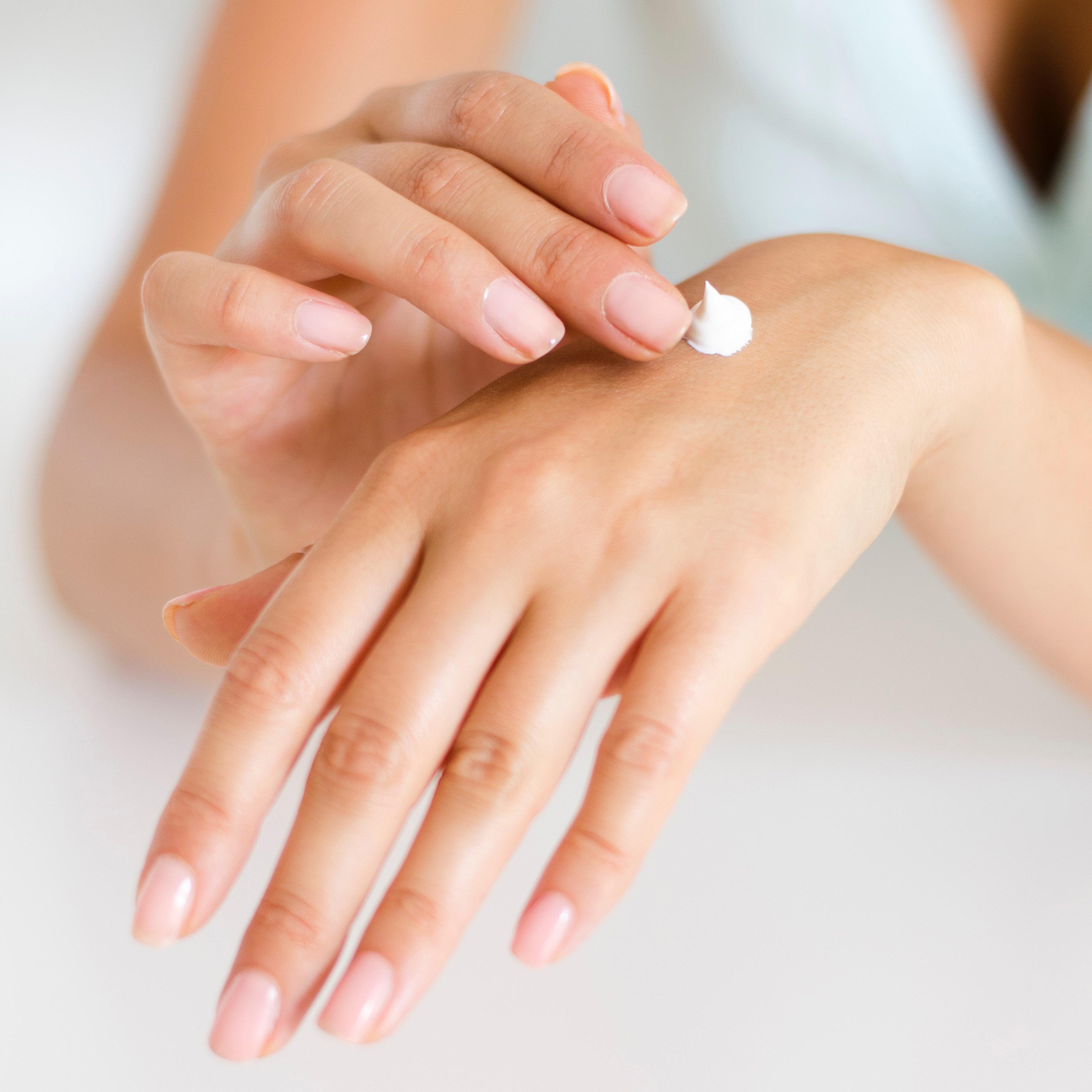 Aplicando crema hidratante en las manos