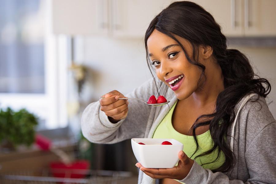 Mujer comiendo superalimentos